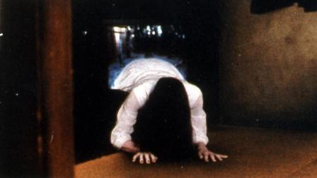 5分钟解说日本经典恐怖片《午夜凶铃1》, 贞子钻电视机当年吓哭多少人