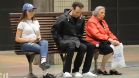 【搞笑自拍】美国小哥街头爆笑整蛊: 我是一个长