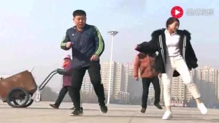 夫妻广场上跳鬼步舞, 这才是真正的高手