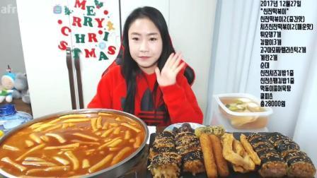 韩国妹子一顿饭吃一大锅炒年糕、奶酪香肠紫菜卷、各种炸物、香肠、鱼糕汤