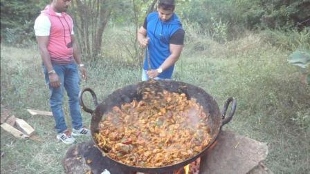 印度土豪买来一大盆鸡肉, 看看他是如何烹饪, 出锅时我傻眼了