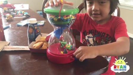 Ryan和妈妈一起玩糖果布偶玩具