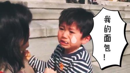 小男孩正吃着乌龟面包, 但突如其来的悲伤从天而降, 爆哭萌翻网友