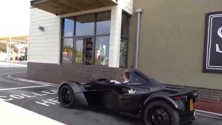 这车真拉风 小伙开BAC单座跑车去买咖啡