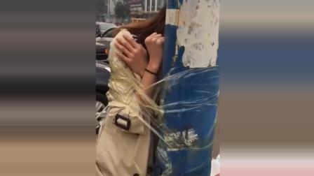 实拍: 大二女生返校路上被男友绑在树上 挣扎最后低下了头