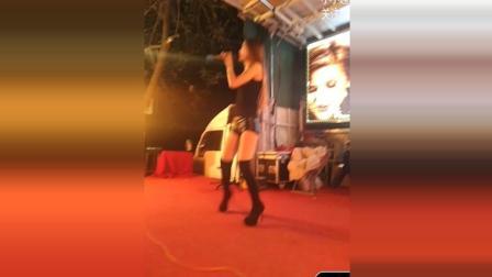 农村歌舞团的表演现场, 女歌手唱歌就像讲话一样, 看着真是尴尬