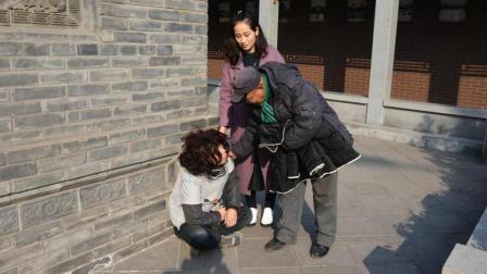 中国街头测试:给流浪汉100怎么花?竟给旁边乞丐买了面包,泪奔