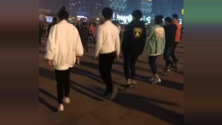你们组合的这是踢腿广场舞么?