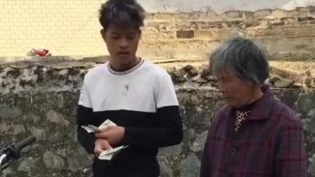 广西客家话: 小伙顾着泡妞, 车被老太太卖了还帮她数钱,