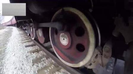实拍火车急刹, 整排车轮瞬间抱死! 厉害了