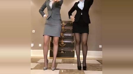 两位美女穿丝袜正装秀身材, 哪个更性感