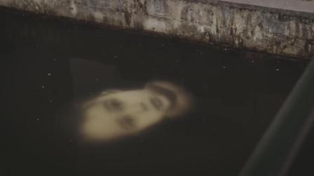 神秘男孩浮于水面, 睁眼呆萌看路人