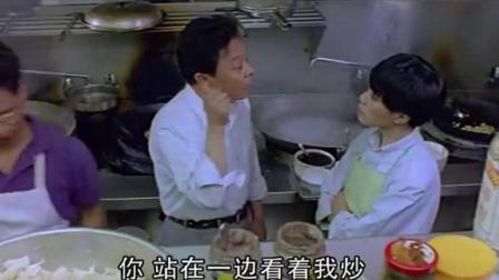 中国老头嫌国外餐馆难吃, 自己跑到后厨做了份炒饭, 把老板都吃懵了!
