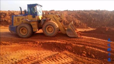 红土地上经济大开发 机械作业来帮忙 实拍推土机作业视频