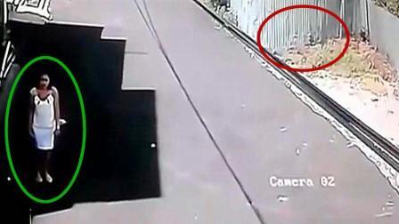 女孩穿一身白裙子站在路边, 小车却会错意了, 不能怪女孩吧?