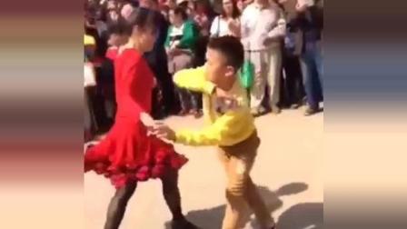 小朋友, 你的将来要成为广场舞霸主!