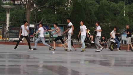 云南中学生群殴事件, 背后原因竟是这个! 5分钟看完《乌合之众》