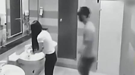神秘男跟踪美女进女厕, 监控拍下辣眼睛的一幕!