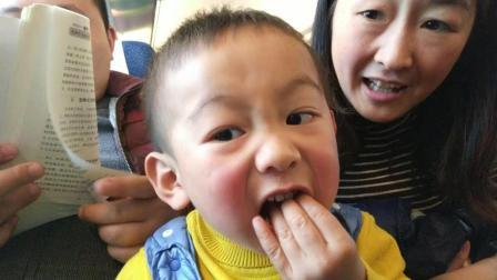 萌娃吃播  宝宝坐高铁视频 宝宝在火车上吃肉松小面包搞笑视频