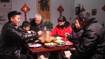 农村小伙用洗脸盆做了口锅, 和家人一块吃了顿正宗的老北京涮羊肉