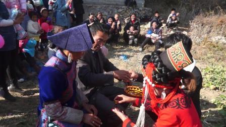 彝人视角乖巧的彝族新人结婚当天就端上美酒敬两位高堂