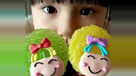 小萝莉吃菠萝味和青苹果味的娃娃棒棒糖, 好可爱
