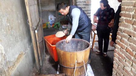 农村这不起眼的小作坊, 榨出的油却比橄榄油还贵, 满屋子飘香