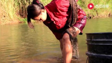 """制作捕鱼陷阱的柬埔寨嫂子, 让我想起了""""半老徐娘""""和""""风韵犹存!"""