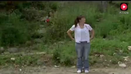 美女高速路上想方便 以为没有人 结果桥上面三个男人在看着她