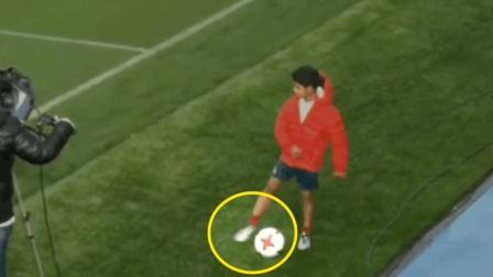 迷你罗在场边, 脚上穿的是内马尔最新款足球鞋, C罗一脸尴尬,
