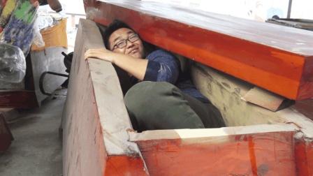 作死体验躺进一口棺材里, 小伙一躺下周围人都笑个不停