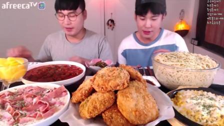 韩国大胃王兄弟一顿饭吃11个红薯芝士猪排、培根奶油意大利面、肉丸意大利面