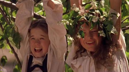 这一幕太有爱啦!小男孩和小美女互许承诺