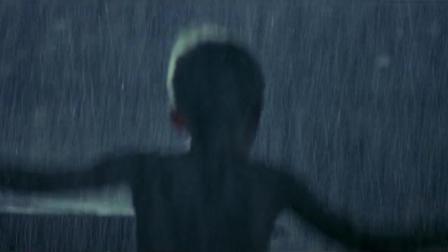小男孩情绪,在雨中裸身狂奔