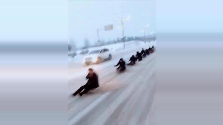 公路上一辆车拉着一群人在滑雪, 为了滑雪不要命了!