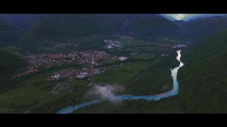 云雾缭绕的山谷滑翔伞大赛