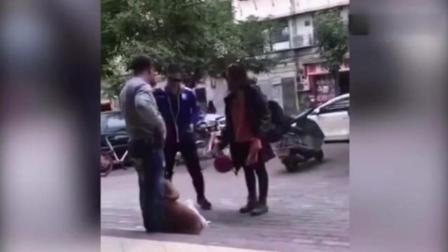 俩小狗当街交配不愿分开 两男女抡头盔暴打