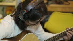 红楼梦插曲《题帕三绝》, 用吉他弹奏是什么感觉。