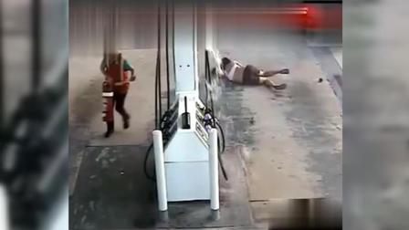 这场车祸播放量高达2018万, 司机死的都不冤枉! 监控画面太惨烈