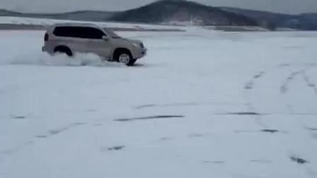 表哥新买的大丰田, 非到村后河上溜冰, 刚一个漂移车就不见了