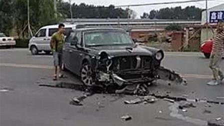 500万的红旗L5撞车了, 奔腾车主蒙了: 你可能不信, 是它先动的手!