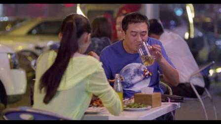 张嘉译和关晓彤路边摊吃烤串, 两杯扎啤一个羊腿一把筋儿, 把我看饿了