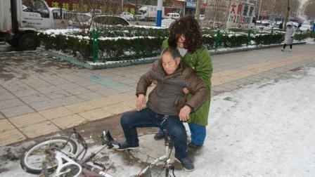 老人摔倒三小时, 有人拍照无人扶, 路过乞丐举动感动满城人