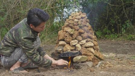 农村小伙花了2个小时做窑子, 烹制出来的野食, 金黄金黄的!