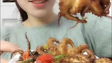 美食蕾蕾吃迷你八爪鱼, 一口一个, 看着真有食欲!