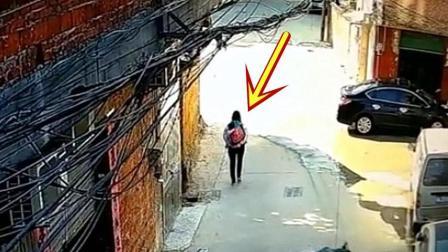 女子背着孩子走路回家, 突然祸从天降, 女子的第一反应让人感动!