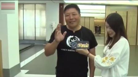 太极拳大师王占海表演拍西瓜, 下一秒女主持花颜失色