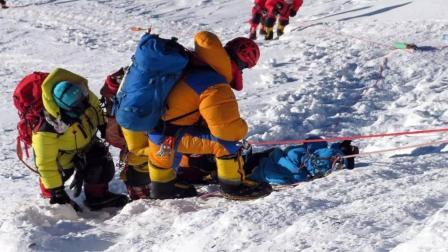 为什么登珠穆朗玛峰时, 打死也不能救人? 看完心情沉重