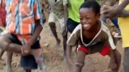 非洲纪实: 贫民窟工地上开拖拉机的华人小哥, 教会了当地黑人小孩玩斗鸡游戏