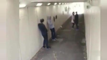 监控实拍: 两混混调戏过路情侣, 被男子一挑二瞬间打翻在地